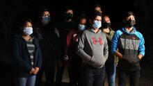 """""""Gracias a Dios que nos ha protegido"""": cientos de migrantes continúan cruzando la frontera a altas horas de la noche"""