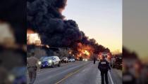 Accidente entre camión y un tren provoca voraz incendio