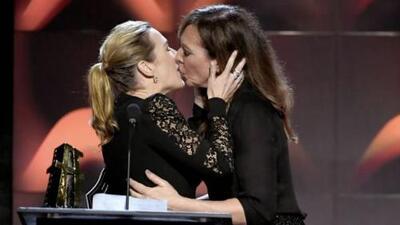 Se besan Kate Winslet y Allison Janney durante entrega de un premio