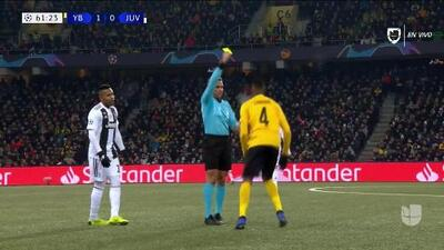 Tarjeta amarilla. El árbitro amonesta a Mohamed Ali Camara de Young Boys
