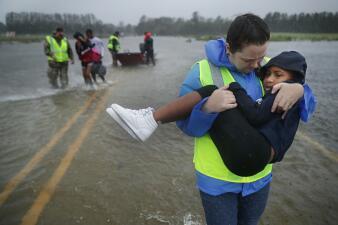 Lluvias, marejadas y rescates: Florence tocó tierra como un huracán de categoría 1 (fotos)
