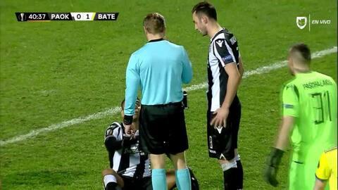 Tarjeta amarilla. El árbitro amonesta a Léo Matos de PAOK Salonika