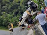 Conductor pierde control de camión de la AEE y vuelca en carretera de Bayamón