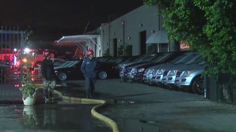 Emergencia y daños por el incendio en un negocio de venta y reparación de autos en Pacoima