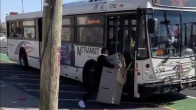 Insólito: Carga en peso un cajero automático e intenta subirlo a un autobús público