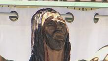 Atribuyen numerosos milagros a un Cristo que fue tallado en un árbol en Los Ángeles