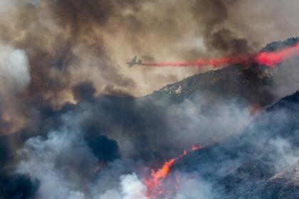 De acuerdo con las autoridades, el incendio El Dorado se originó producto de fuegos pirotécnicos que fueron estallados durante una fiesta de 'baby shower', pese a las advertencias de riesgo por incendio debido a las extremas temperaturas del fin de semana.