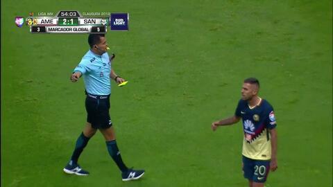 Tarjeta amarilla. El árbitro amonesta a Jesús Angulo de Santos Laguna