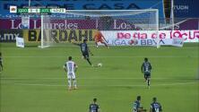 ¡Se viste de héroe! Camilo Vargas ataja el penalti de Hugo Silveira