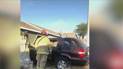Auto se impacta contra una casa en Modesto