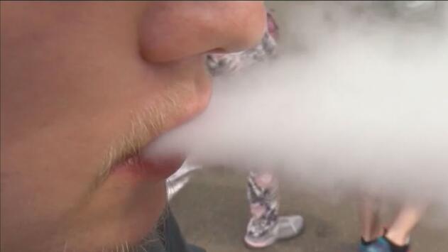 Advierten a padres de familia sobre el riesgo de los cigarrillos electrónicos para los adolescentes