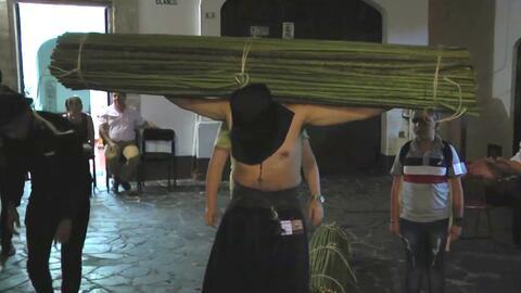 Feligreses arrastrando cadenas y lacerándose con látigos: así celebran la Semana Santa en Taxco, México
