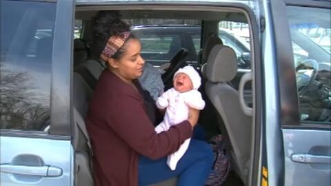 Multan con 115 dólares a una madre que amamantaba a su bebé por estar mal estacionada
