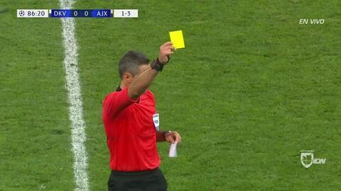 Tarjeta amarilla. El árbitro amonesta a Dusan Tadic de Ajax
