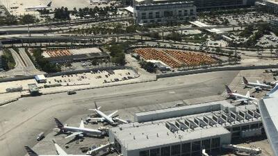 'Miami en un Minuto': la policía arrestó a un hombre que atravesó a pie varias pistas del aeropuerto
