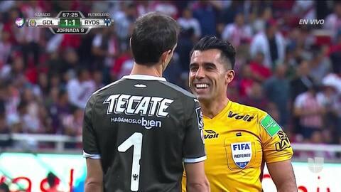 Fuera de juego de Miguel Ponce: El juez de línea levanta el banderín y anula la jugada.