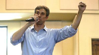 Bajo la lluvia, el candidato demócrata al Senado Beto O'Rourke presenta sus propuestas a la comunidad de Fort Worth
