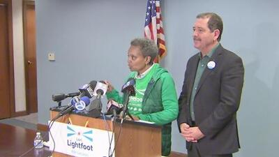 La candidata a la Alcaldía de Chicago Lori Lightfoot recibe el apoyo del congresista Jesús 'Chuy' García