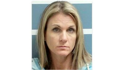 Acusan a mujer de California de abusar sexualmente de dos novios adolescentes de sus hijas