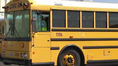 Distrito Escolar Unificado de Los Ángeles prepara miles de autobuses para el inicio de un nuevo periodo académico