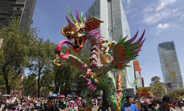 En fotos: monumentales figuras tomaron las calles de la capital mexicana en el inicio de festejos del Día de Muertos