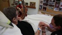 """""""La música alivia el dolor"""": Una violonchelista toca para pacientes terminales en un hogar de ancianos"""