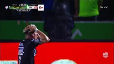 Fuera de juego de Rodrigo Contreras: El juez de línea levanta el banderín y anula la jugada.