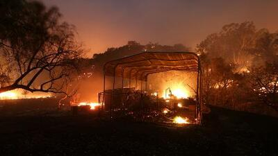 150 estructuras destruidas, miles de evacuados y un fallecido por incendio en el condado de Ventura