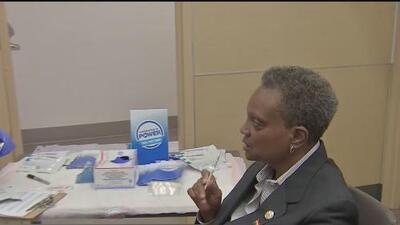 Con una prueba de VIH en mano, la alcaldesa Lori Lightfoot invita a la comunidad a realizarse este examen