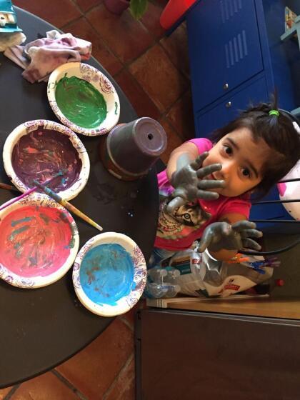 Pueden crear tarjetas, con crayones o pintura y papel, para enviar a sus amigos, o familiares.