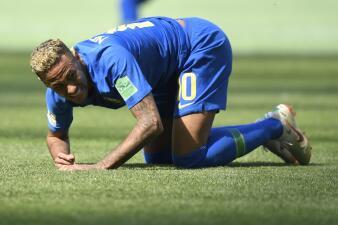 Las caídas de Neymar y cómo el VAR evitó un penalti a su favor en pleno Mundial