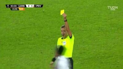 Tarjeta amarilla. El árbitro amonesta a Samuel Tetteh de LASK