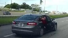 """""""Me estaba pegando"""": Video capta cuando una chica se lanza de un auto en plena vía en San Antonio"""