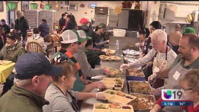 Festejan almuerzo de Día de Acción de Gracias para desamparados