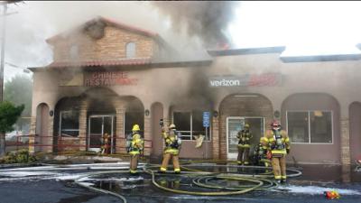 Bombero de Riverside resulta herido tras combatir un incendio