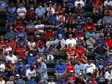 Aficionados llenan las gradas de la MLB en Texas pese al coronavirus