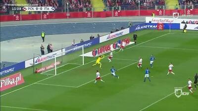 Wojciech Szczesny despeja el balón y aleja el peligro