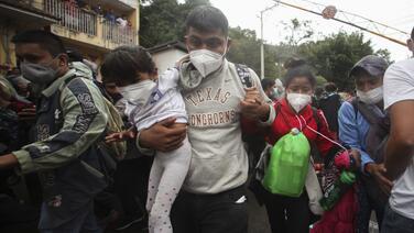 """Ayer fue duro. Nos cayeron a golpes"": caravana de migrantes no se rinde pese a la represión en Guatemala"