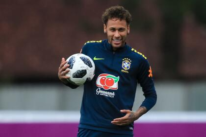 Previo al mundial, Neymar conservó su cabello natural.