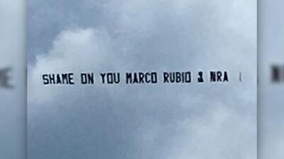 Esta propagada en contra del senador Marco Rubio y la Asociación del Rifle sobrevoló los cielos de Miami Beach