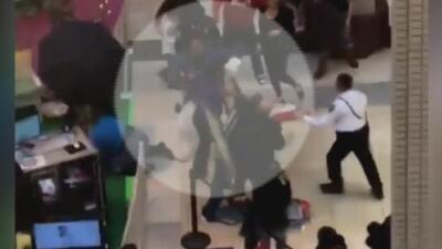 Hombre disfrazado de conejo ataca a un padre dentro de un centro comercial
