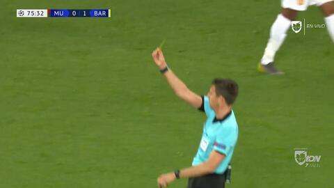 Tarjeta amarilla. El árbitro amonesta a Jesse Lingard de Manchester United