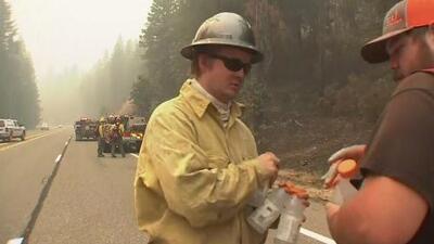 Bomberos, policías y militares combaten los incendios en California