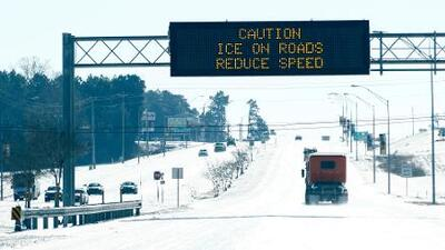 Frente frío deja caos en las carreteras y una decena de muertos en el sur del país