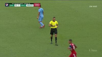 Tarjeta amarilla. El árbitro amonesta a Bryan Acosta de FC Dallas