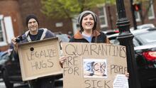 Bill Gates, blanco de las protestas contra las medidas para evitar la propagación del coronavirus (fotos)