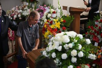 En fotos: Tras perder a su esposa en el tiroteo de El Paso, cientos lo acompañan a darle el último adiós