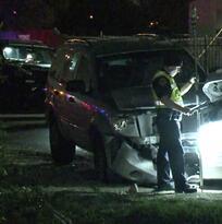 Policía es hospitalizado después de que presunta conductora ebria se estrella contra su patrulla