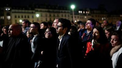 Una multitud conmovida canta mientras ve arder la catedral de Notre Dame
