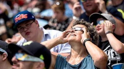Asombro, fascinación y júbilo: El eclipse solar maravilló a quienes pudieron presenciarlo en EEUU